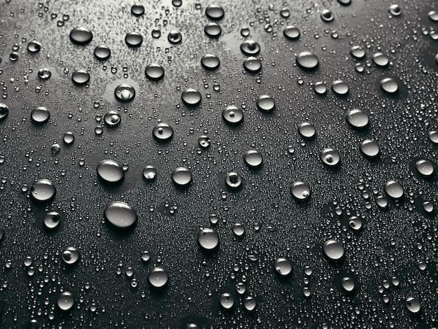 Gouttes d'eau sur fond gris.