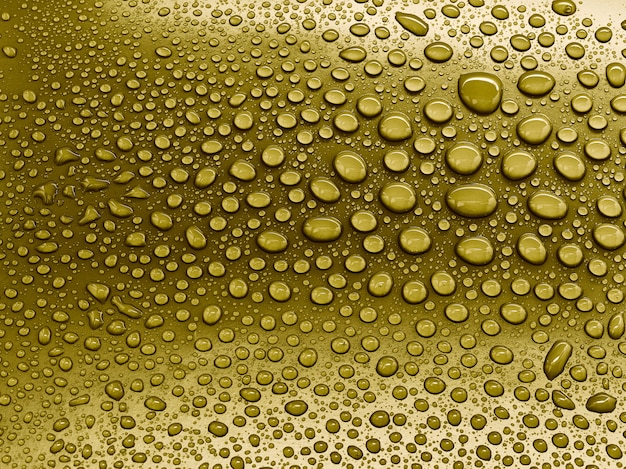 Gouttes d'eau sur fond jaune.