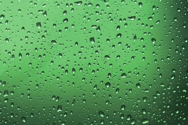 Gouttes d'eau / gouttes d'eau sur le verre. gouttes d'eau sur un fond de couleur.