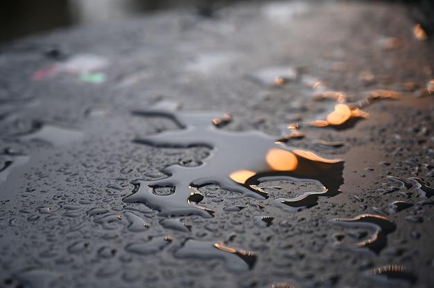 Les gouttes d'eau en gros plan sur la surface métallique peuvent être utilisées pour la conception de sites web. fond de texture abstraite