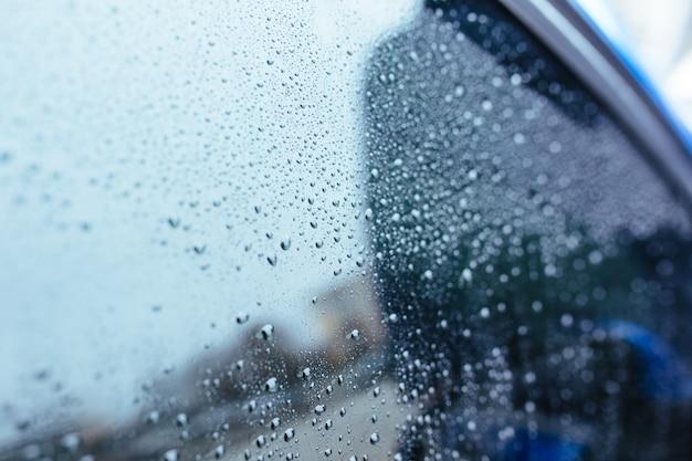Gouttes d'eau sur le pare-brise de la voiture. concept de lavage de voiture