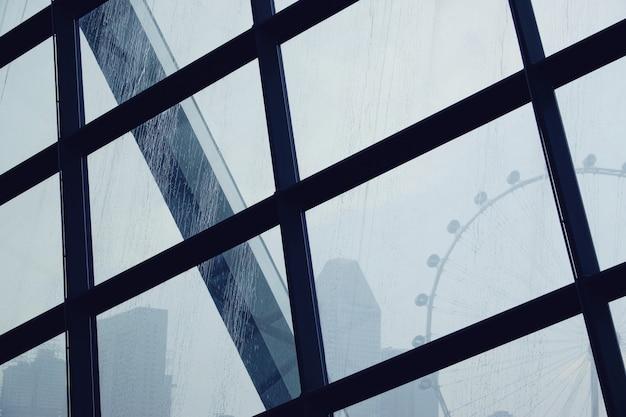 Gouttes d'eau de pluie sur le verre de la fenêtre avec le fond de la grande roue