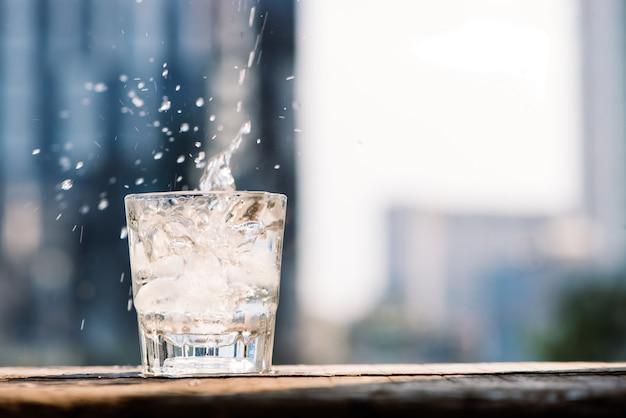 Les gouttes d'eau qui font couler la glace dans un verre transparent