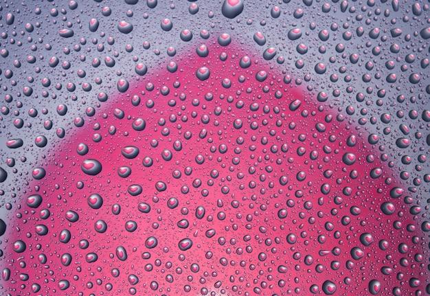 Gouttes d'eau avec reflet en forme de coeur. surface lumineuse. fond