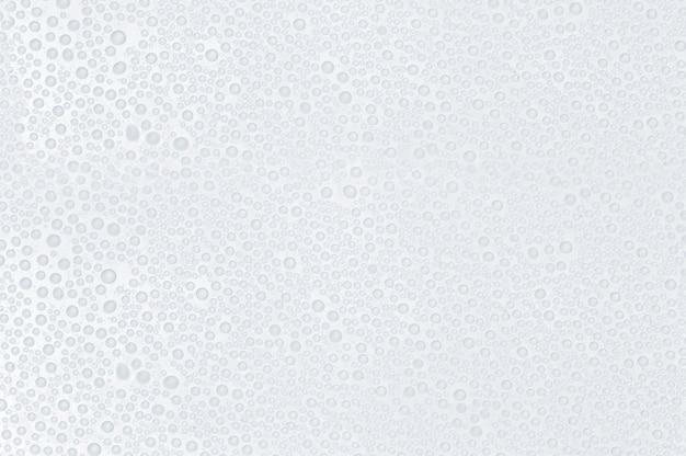 Gouttes d'eau sur une surface blanche - fond abstrait