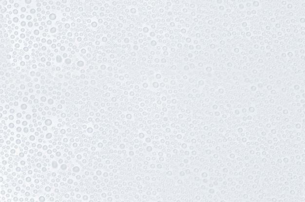 Gouttes d'eau sur une surface blanche