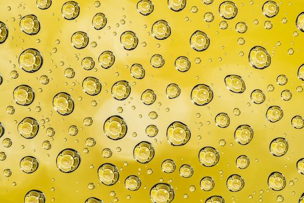 Gouttes d'eau sur la surface en verre