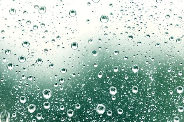 Gouttes d'eau sur la surface verte, concept abstrait