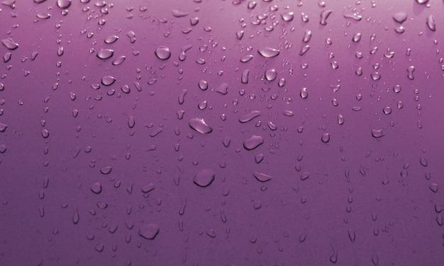 Gouttes d'eau sur la surface de la voiture