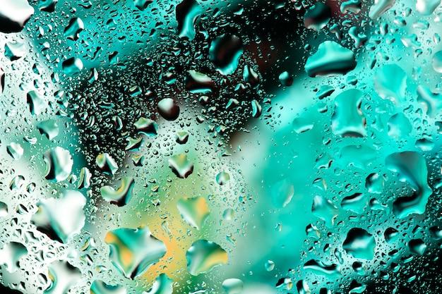 Gouttes d'eau sur le verre coloré