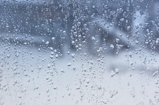 Gouttes d'eau sur le verre de la fenêtre