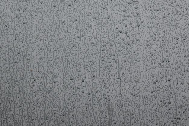 Gouttes d'eau sur le verre gris