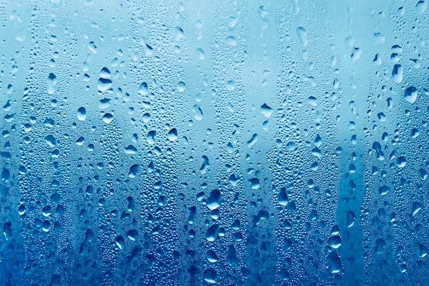 Gouttes d'eau sur le verre