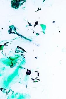 Gouttes d'huile sur la surface de l'eau