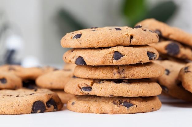 Gouttes et morceaux de chocolat dans les biscuits au blé traditionnels