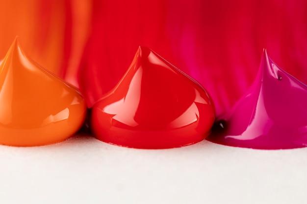 Gouttes de peinture rouge, rose et orange