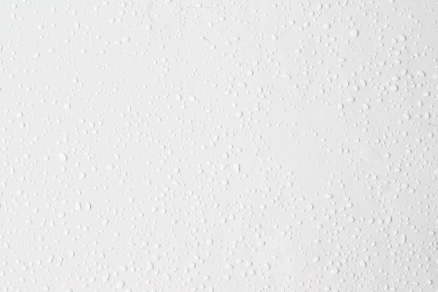 Gouttes de pluie d'eau sur fond blanc