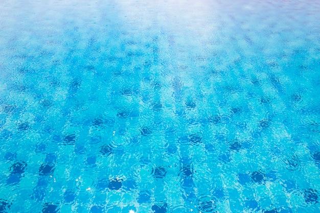 Gouttes de pluie sur l'eau de la piscine