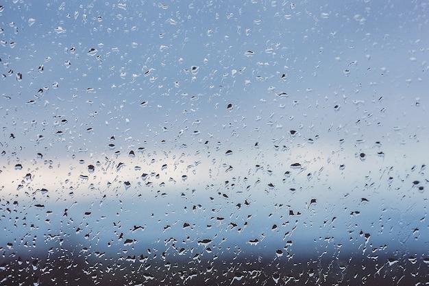 Gouttes de pluie sur la fenêtre. de l'eau sur le verre. running gouttes. contexte conceptuel.