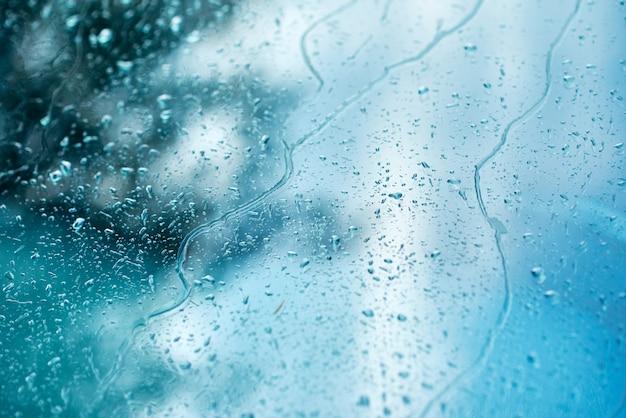 Gouttes de pluie sur une fenêtre de voiture, abstrait