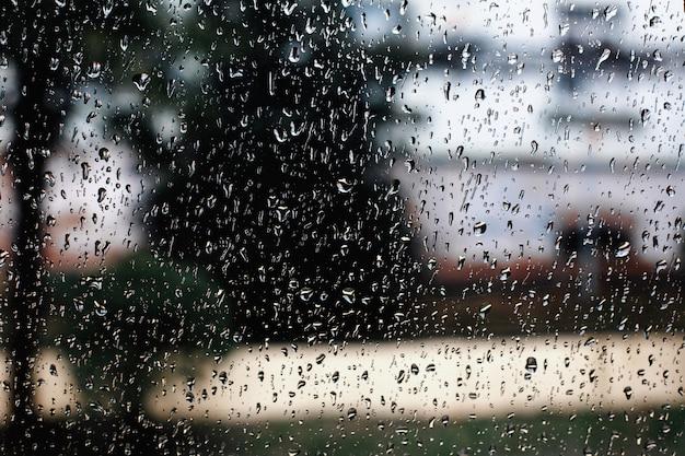 Gouttes de pluie sur la fenêtre de la voiture un jour de printemps pluvieux