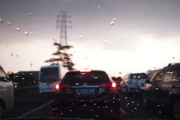 Gouttes de pluie sur la fenêtre de la voiture