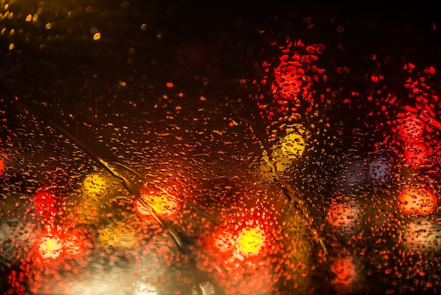 Gouttes de pluie sur le pare-brise