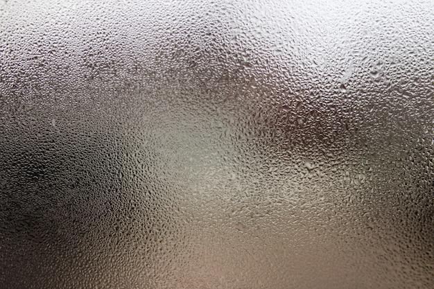 Gouttes de pluie sur le verre.