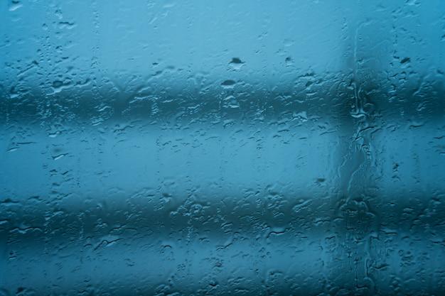 Gouttes de pluie sur verre