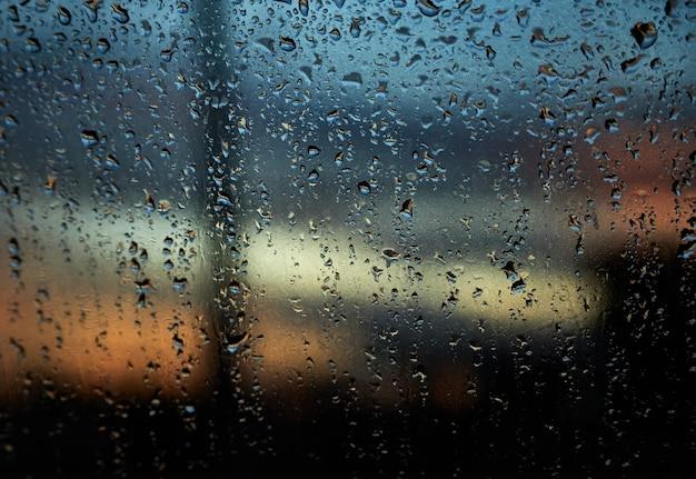 Gouttes de pluie sur le verre
