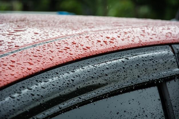 Gouttes de pluie sur la vitre et le rétroviseur de la voiture