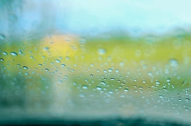 Gouttes de pluie sur la vitre de la voiture