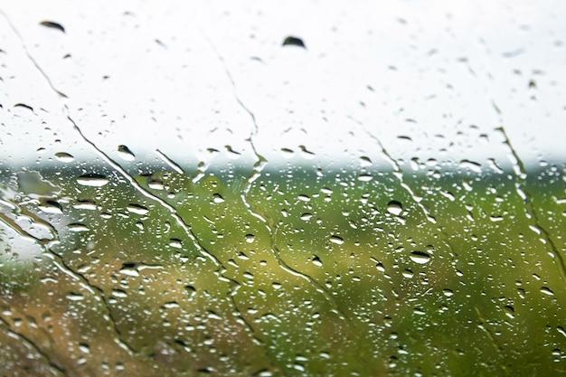 Gouttes sur le verre après la pluie. la texture est une goutte. place pour le texte