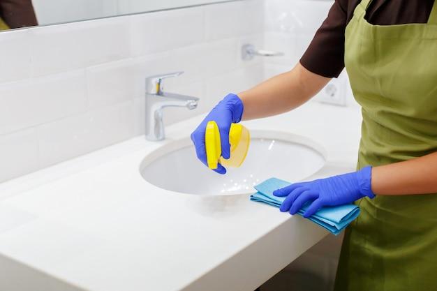 Gouvernante nettoyant une chambre d'hôtel