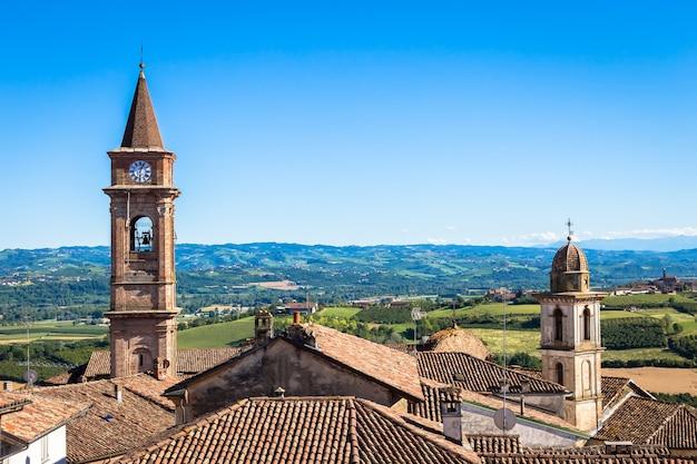 Govone, italie - circa aot 2020 : collines du piémont en italie, région de monferrato. campagne pittoresque pendant la saison estivale avec champ de vigne. magnifique ciel bleu en arrière-plan.