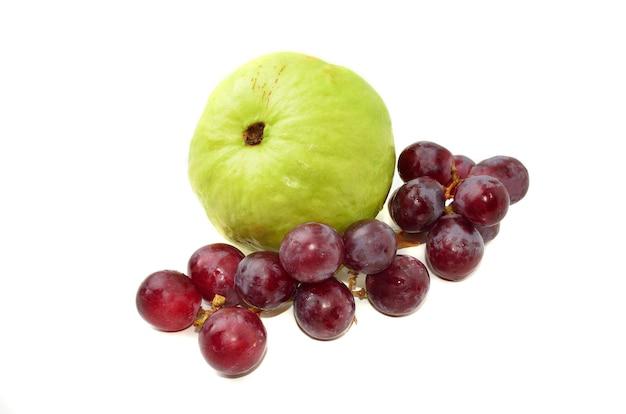 Goyave fraîche avec des raisins rouges isolés sur fond blanc