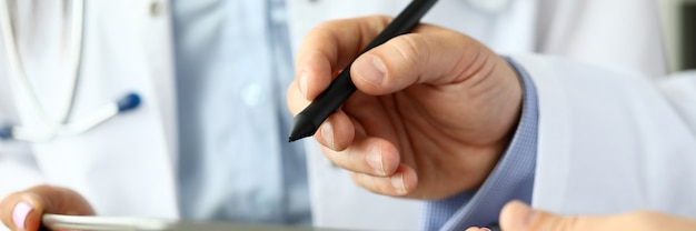 Gp masculin, prendre des notes électroniques dans un tablet pc