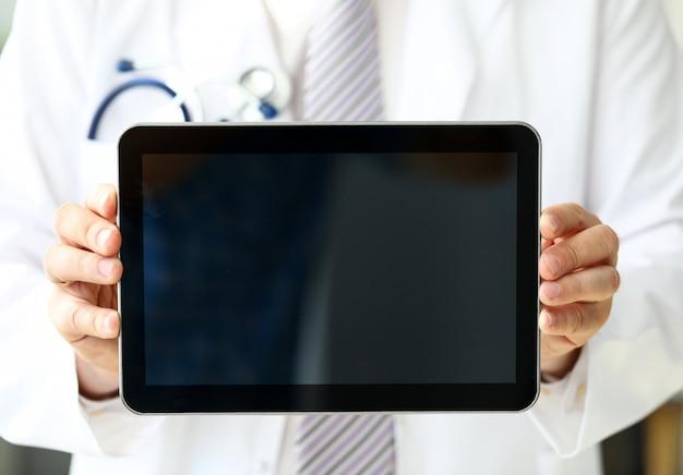 Gp masculin tenant un ordinateur portable