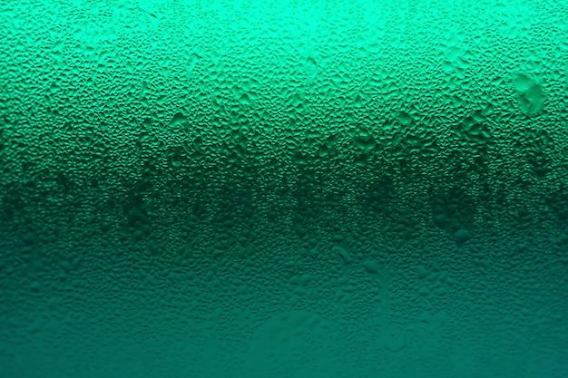Gradation de couleur verte du verre de boisson avec condensation pour la texture