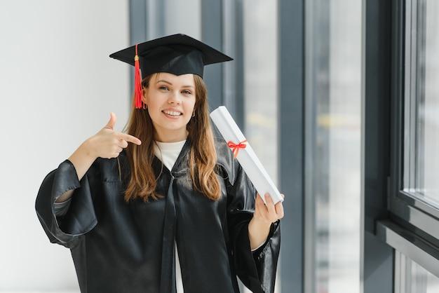 Graduation: étudiant Debout Avec Diplôme Photo Premium