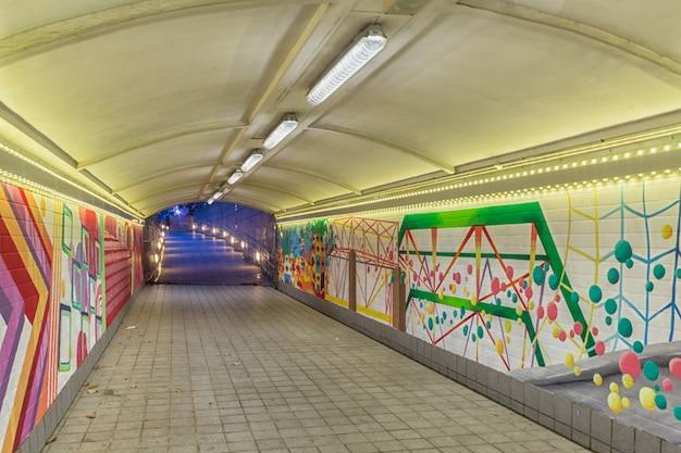 Graffiti abstrait dans le passage souterrain