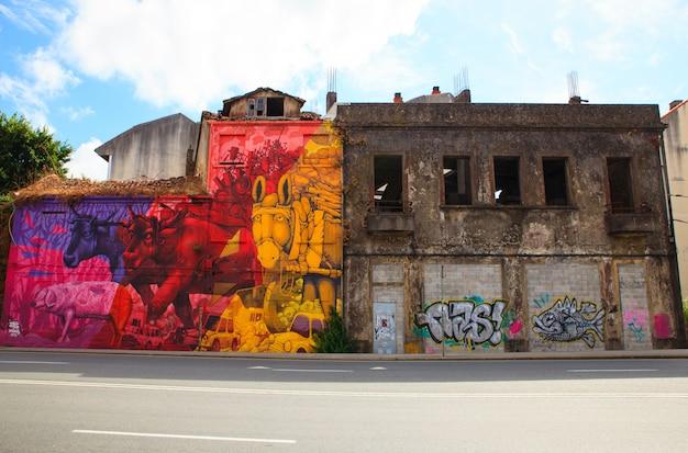 Graffiti dans une maison abandonnée