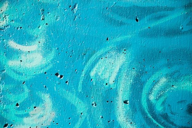 Graffiti sur un mur peint en bleu