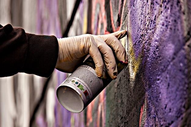 Graffiti spray