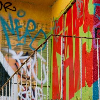 Graffiti urbain dans l'escalier