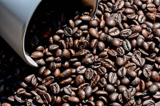 Grain de café dans une tasse sur le bureau en bois