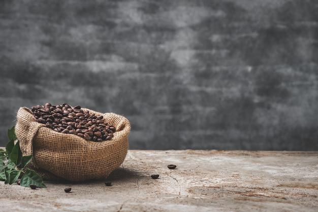 Grain de café de l'espace en fond de nourriture en sac