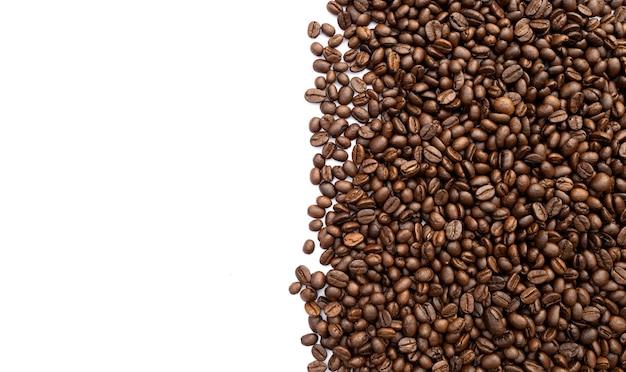 Grain de café sur fond de tableau blanc