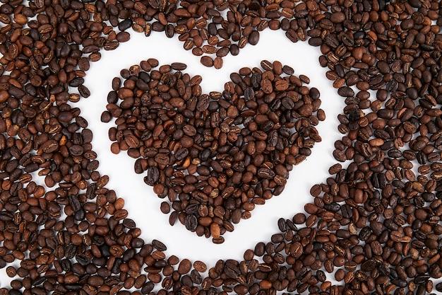 Grain de café en forme de coeur. j'aime le café