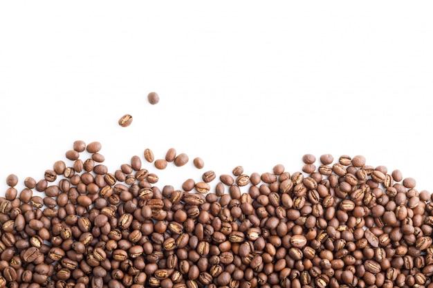 Grain de café isolé sur fond blanc